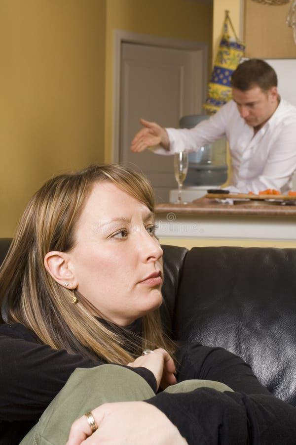 Couples discutant en appartement photo stock