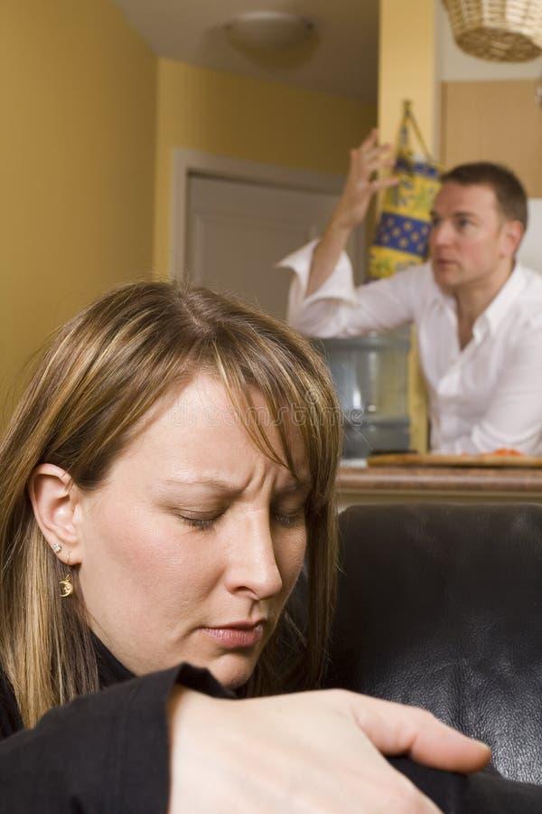 Couples discutant en appartement image stock