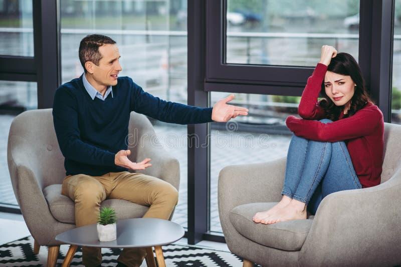 Couples discutant les uns avec les autres photographie stock