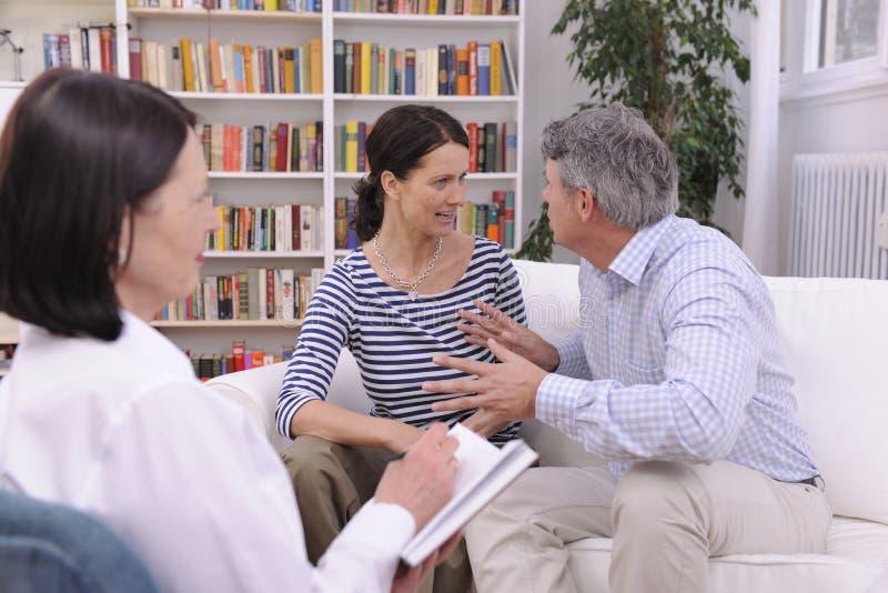 Couples discutant pendant la session de thérapie images libres de droits