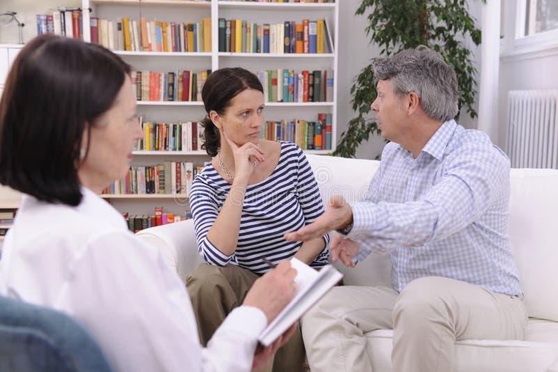 Couples discutant pendant la session de thérapie photographie stock