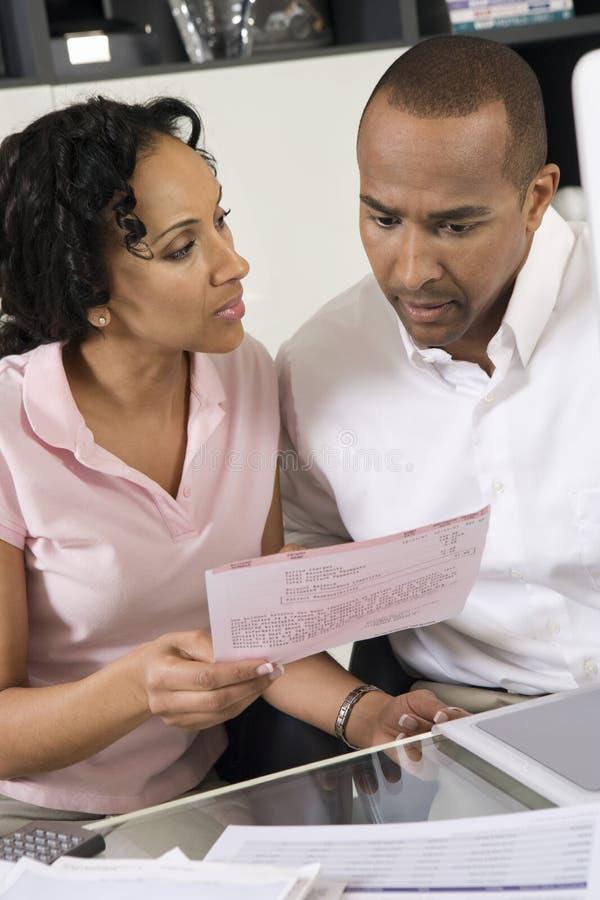 Couples discutant un Bill image stock