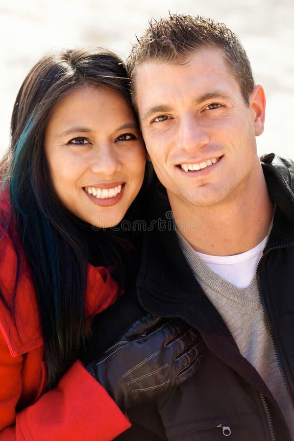 Couples divers mignons dans la neige photos stock