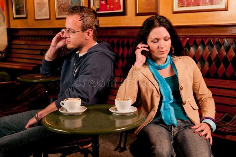 Couples donnant à un un autre le battre froid images stock