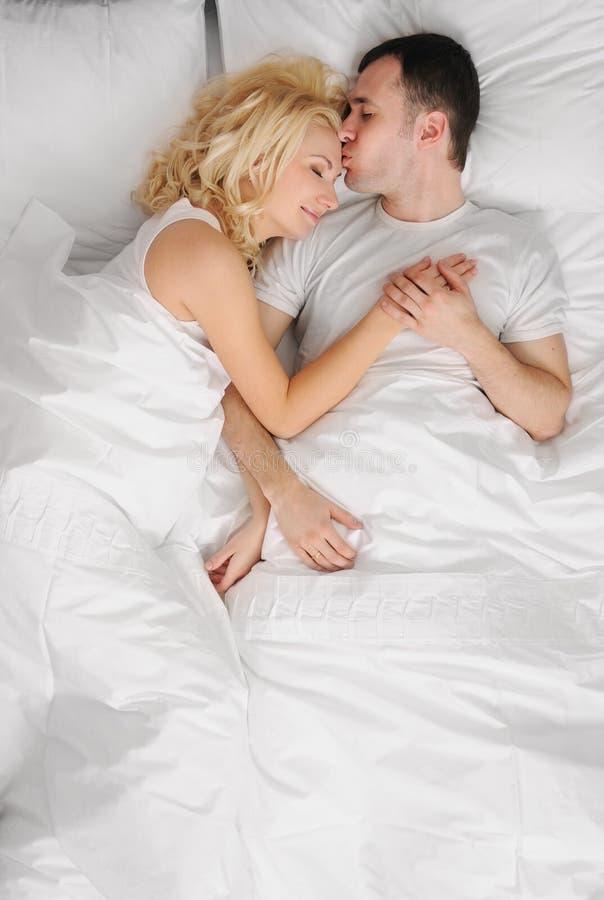 couples dormant dans un bâti photos stock