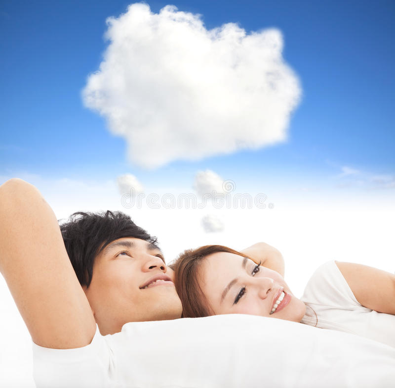 Couples dormant sur le lit image stock