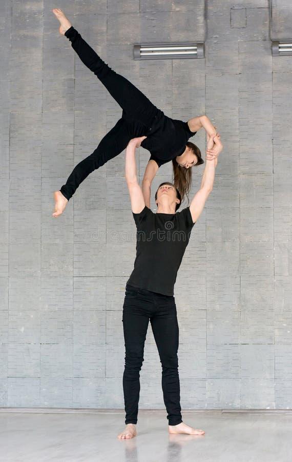 Couples doués pratiquant la danse moderne photo stock