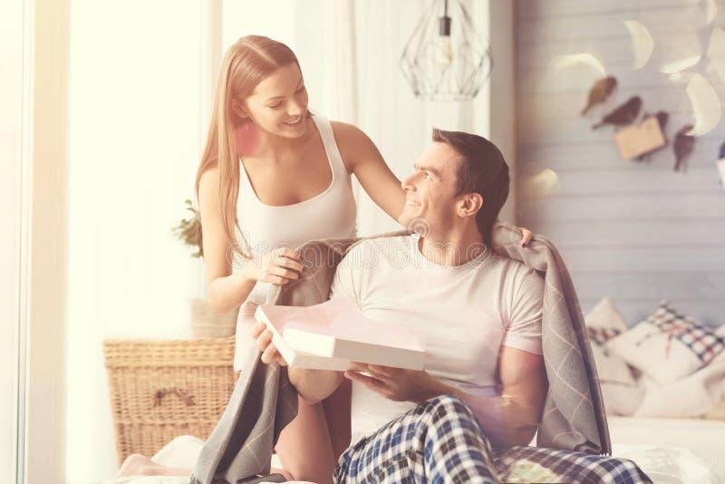 Couples doux doux prenant soin de l'un l'autre images stock