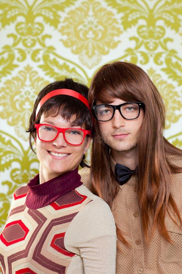Couples drôles de ballot d'humeur sur le papier peint de cru photo stock