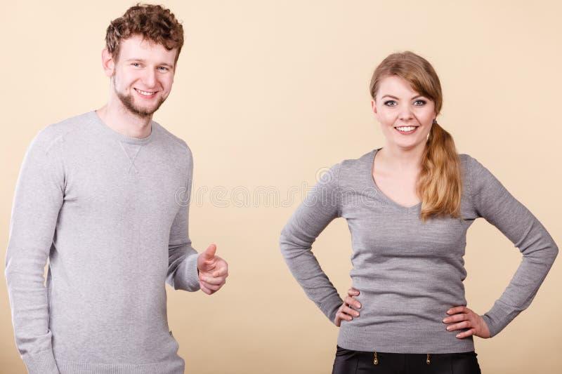 Couples drôles jouant ensemble image libre de droits