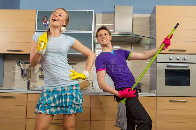 Couples drôles sur la cuisine photographie stock