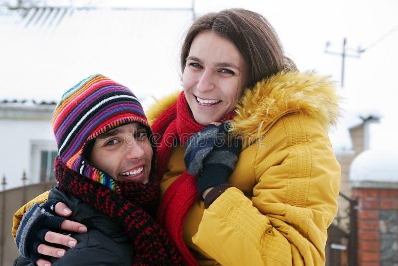 Couples dupant autour sur la neige photos libres de droits
