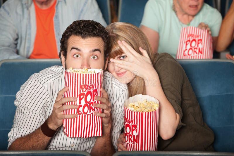 Couples effrayés aux films photo stock