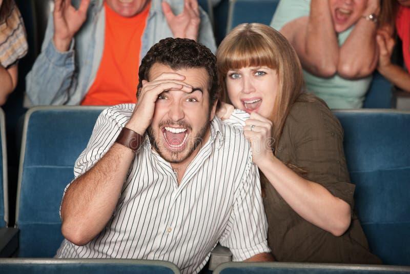 Couples effrayés dans le théâtre image libre de droits