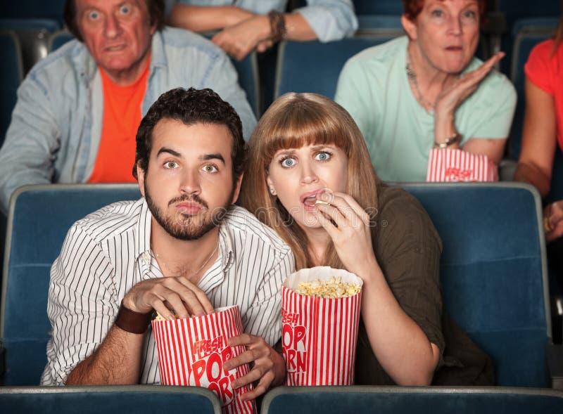 Couples effrayés dans le théâtre images libres de droits