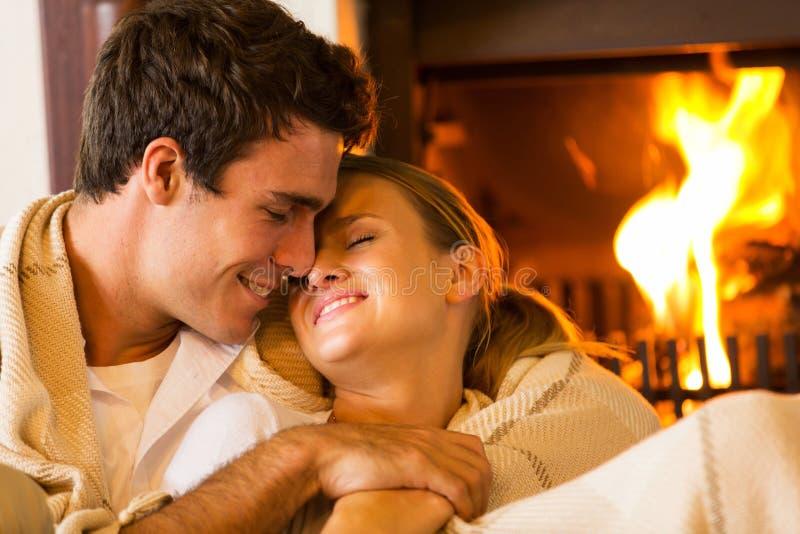Couples embrassant à la maison photo stock