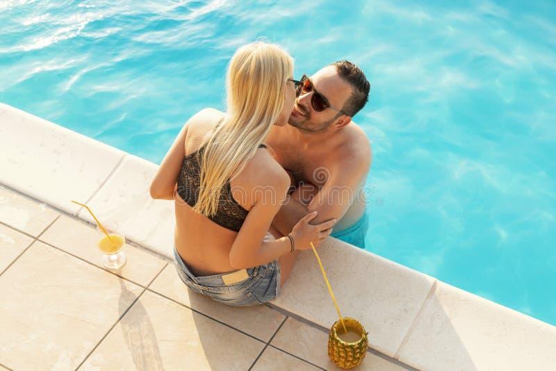 Couples embrassant à une piscine photo libre de droits