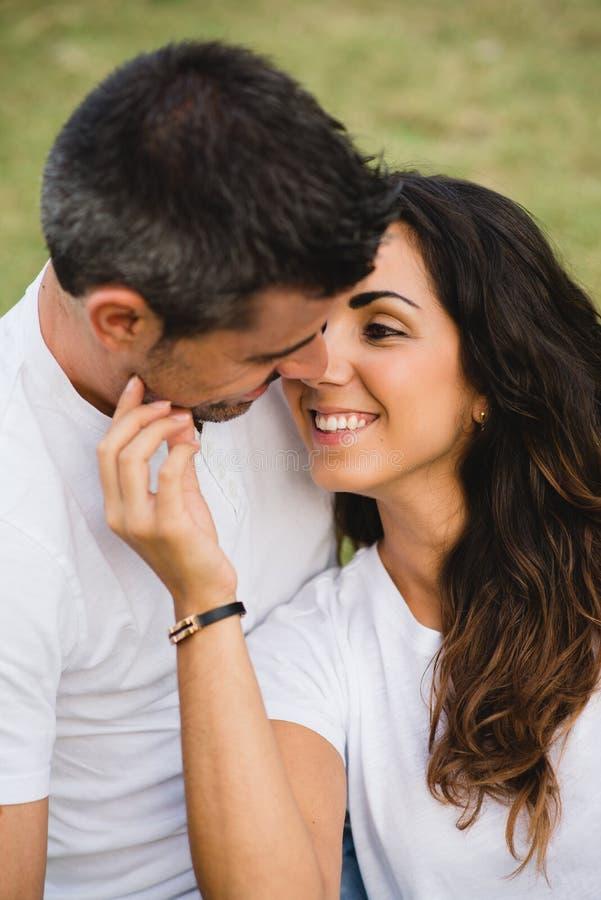 Couples embrassant avec amour photo stock