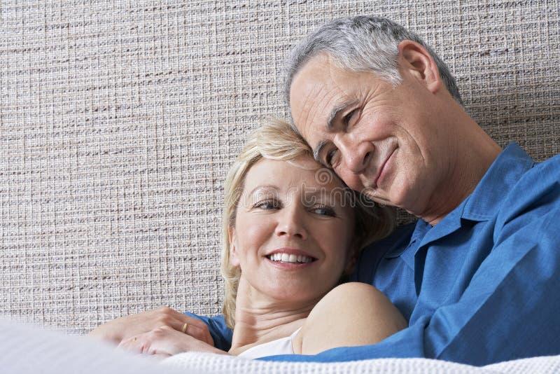 Couples embrassant dans le lit photos libres de droits