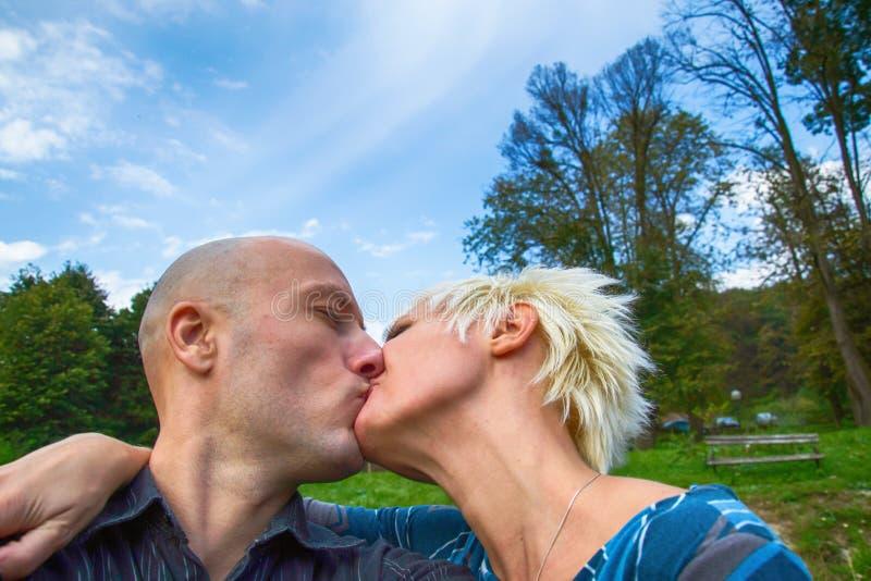 Couples embrassant passionément dehors photographie stock libre de droits