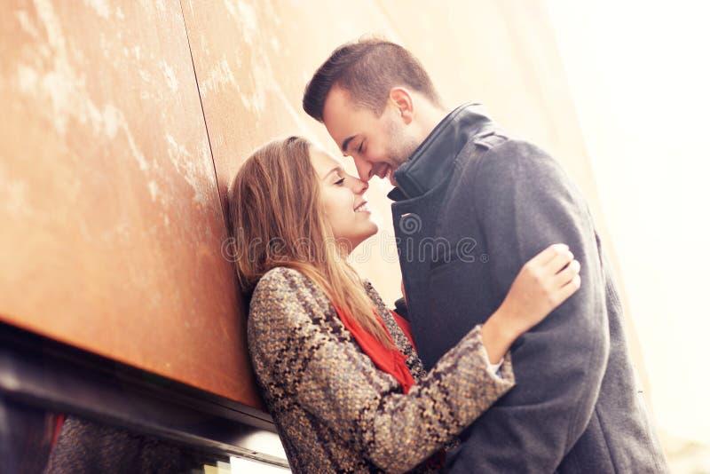 Couples embrassant pendant la date d'automne photos libres de droits