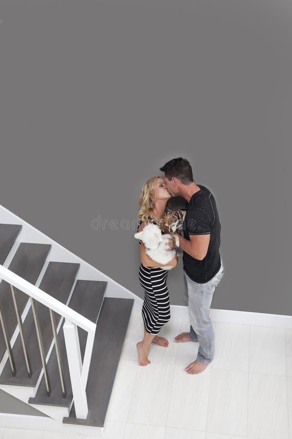 Couples embrassant près des escaliers image stock