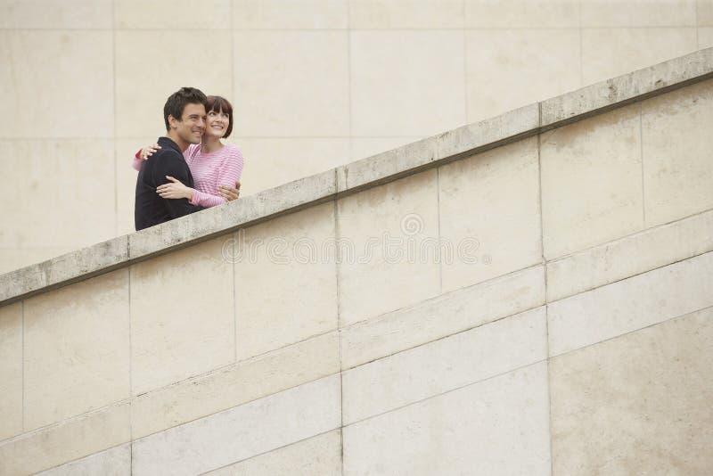 Couples embrassant sur l'escalier images stock