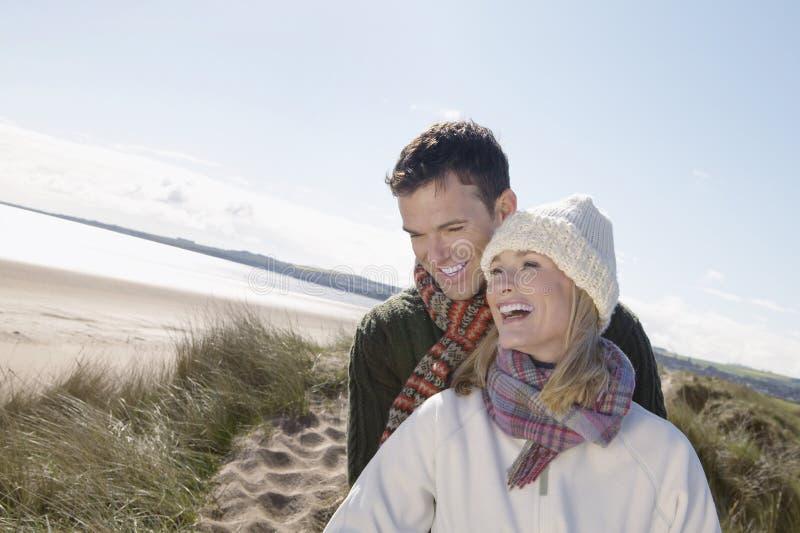 Couples embrassant sur la plage images libres de droits