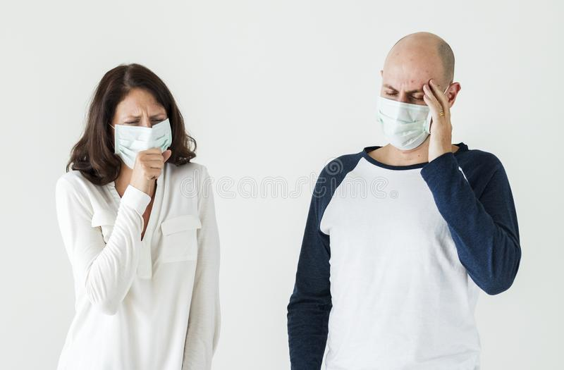 Couples en difficulté utilisant le masque chirurgical photo stock