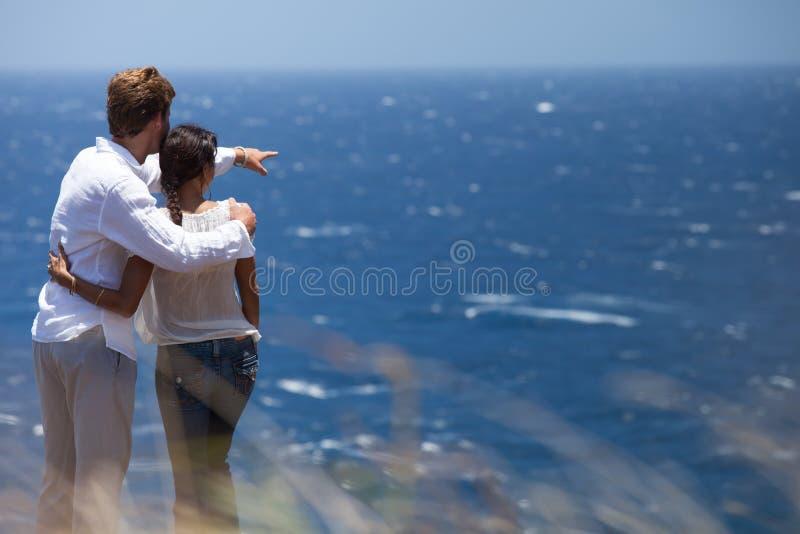 Couples en Hawaï au-dessus d'océan de lookig photos stock