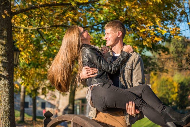 Download Couples en parc image stock. Image du aimer, caucasien - 45351135
