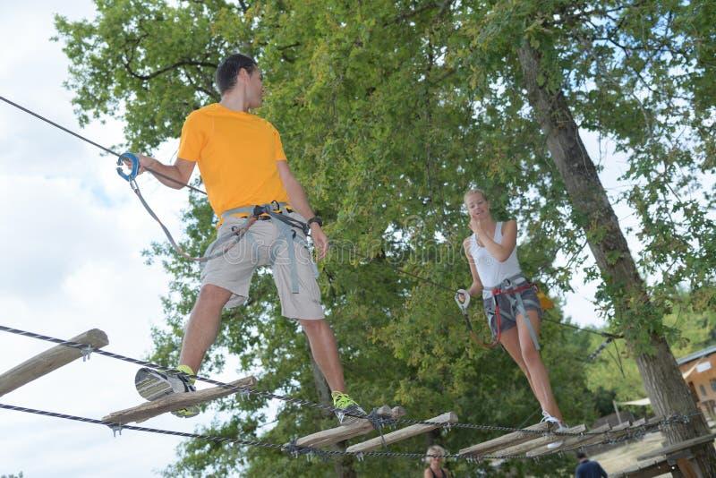 Couples en parc d'aventure de corde image stock