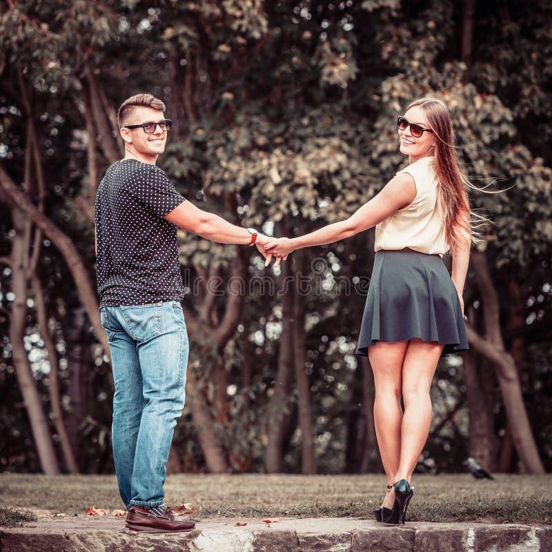 Download Couples En Parc Faisant Le Tour Photo stock - Image du couples, romantique: 77162206