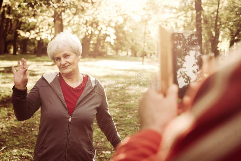 Couples en parc Homme supérieur prenant l'autoportrait de l'aîné photo libre de droits