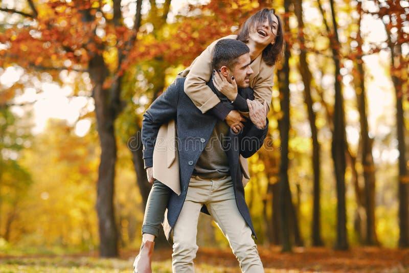 Couples en stationnement photos stock