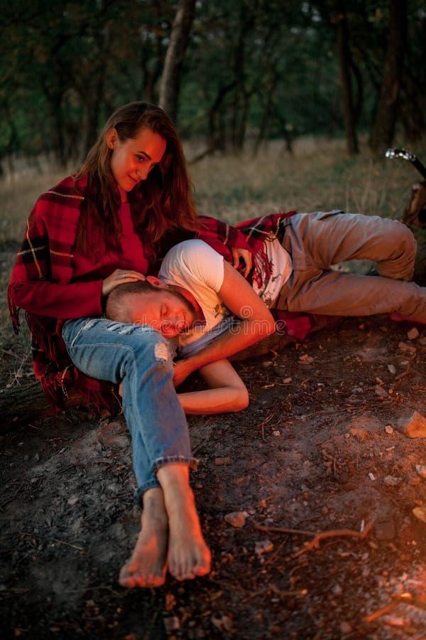 Couples enamourés sur le pique-nique dans la forêt photo libre de droits