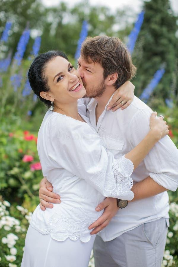 Couples enceintes étreignant en nature images libres de droits