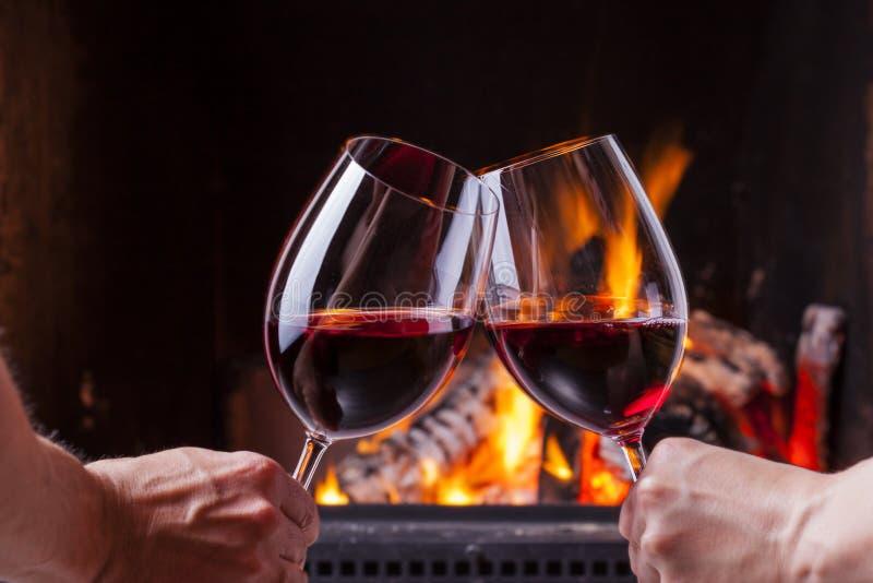 Couples encourageant avec le vin rouge photo stock