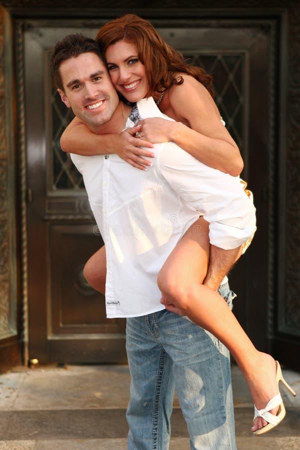 Couples engagés exprimant leur amour photos libres de droits