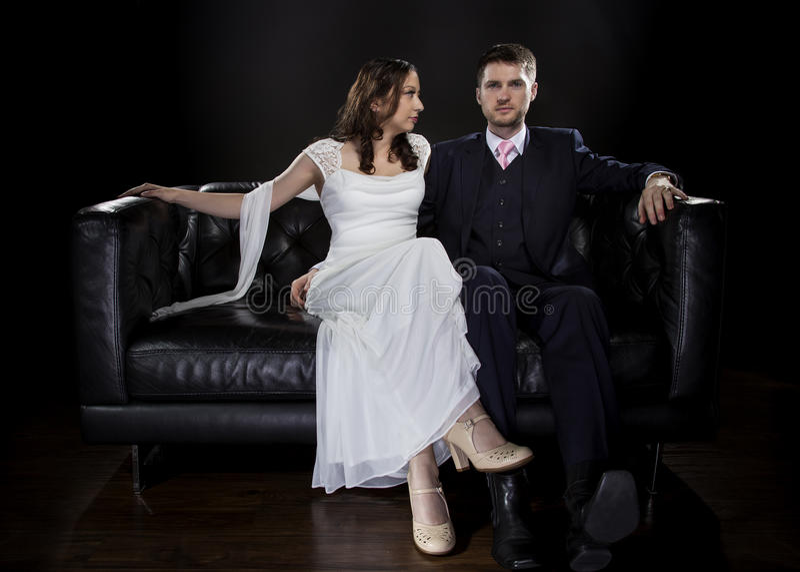Couples engagés modelant Art Deco Style Wedding Suit et la robe image libre de droits
