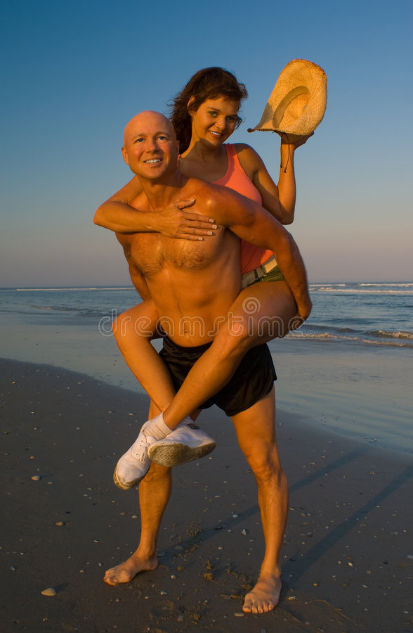 Couples enjoing la plage image libre de droits