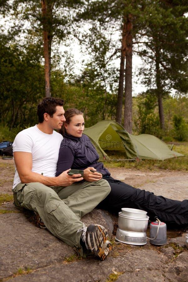 Couples ensemble Ouddoors image libre de droits