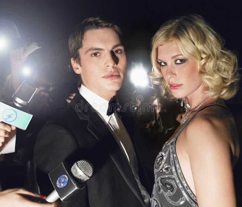 Couples entourés par des paparazzi photos libres de droits