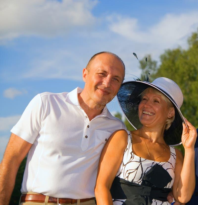 Couples entre deux âges à l'extérieur photo stock