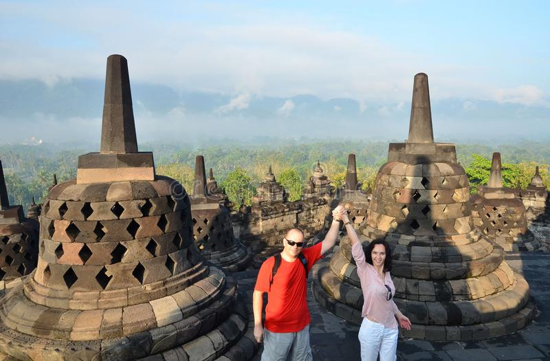 Couples entre le stupa au temple Indonésie de Borobudur photo libre de droits