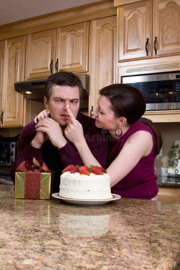 Couples espiègles dans la cuisine - verticale image libre de droits