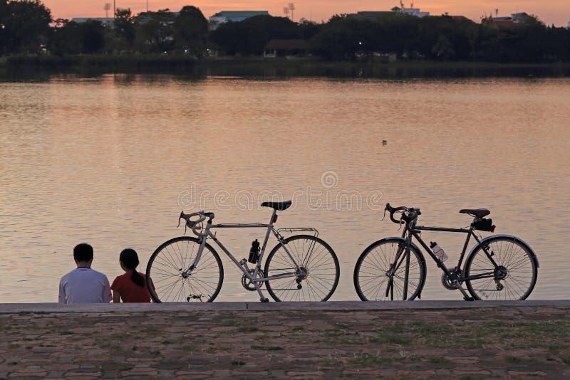 Couples et bicyclettes images stock