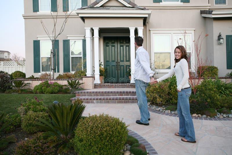 Couples et maison neuve photographie stock libre de droits