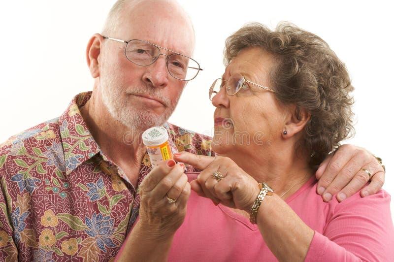 Couples et prescriptions aînés images stock