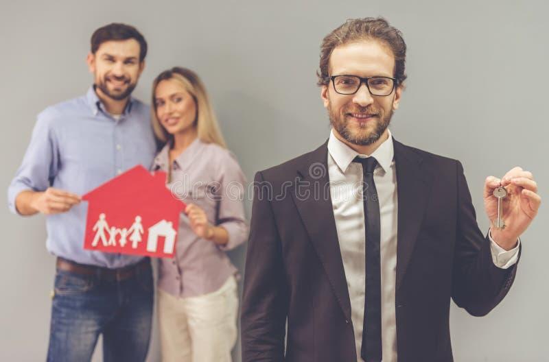Couples et un agent immobilier image stock